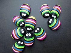 petites-punaises-multicolores-galets-peints-a-rayures-multicolores-idee-decoration-creative