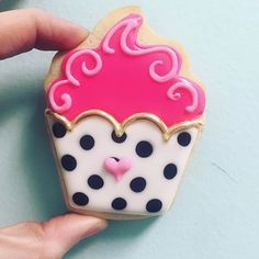 Chic cupcake cookies by Hayleycakes and cookies in Austin tx! Fancy Cookies, Valentine Cookies, Iced Cookies, Cute Cookies, Royal Icing Cookies, Birthday Cookies, Cookies Et Biscuits, Sugar Cookies, Cake Icing