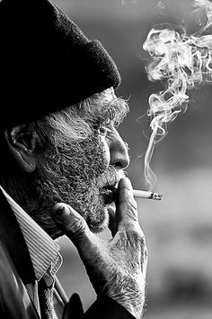 Wow check this awesome b and w portrait photography ideas Old Man Portrait, Foto Portrait, Portrait Photography Men, Smoke Photography, People Photography, Street Photography, Photography Lighting, Photography Classes, Photography Ideas