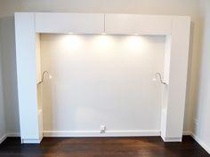 kleines schlafzimmer in weiß, grau und braun - stauraum über dem, Hause deko