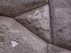De acuerdo con el investigador, hay un viejo sistema de escritura oculto de 30.000 años en el sitio megalítico de Sacsayhuamán.
