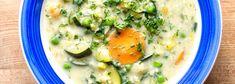 1 cibule  1 mrkev  1 střední pórek    4 lžíce oleje    100 g jáhel    1 kostka zeleninového bujonu Würzl  1 malá cuketa  150 g hrášku  miska jarních bylinek    150 ml rostlinné smetany    mořská sůl  petrželka