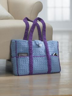 In deze gehaakte tas kan alle blad-muziek van mijn trompet! I love this tote-it looks so practical. I think it would make a great nappy bag. Ravelry: Eight-Pocket Two-Tone Carryall Tote pattern by Lion Brand Yarn Crochet Diaper Bag, Diy Crochet Purse, Crochet Handbags, Crochet Purses, Free Crochet, Knit Crochet, Crochet Bags, Double Crochet, Easy Crochet
