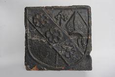 Kafel piecowy z Herbem Doliwa prymasa Wincentego Kota, z dodanymi oznakami jego władzy (infułą i pastorałem) na kaflu piecowym; ok. poł. XV w.
