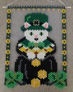 Patrick's Day Lucky Cat Beaded Banner with Nylon Cord Hanger Pony Bead Patterns, Weaving Patterns, Diy Friendship Bracelets Tutorial, Seed Bead Art, Pony Bead Crafts, Beaded Banners, Seed Bead Earrings, Seed Beads, Cat Dresses