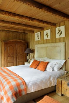 Bedroom : Comfortable chalet bedrooms representing rustic cottage style with orange blanket checked pattern and some padded cushions design picture - a part of Excellent Cozy And Wildlife Chalet Bedroom Designs Ideas Rustic Bedroom Design, Master Bedroom Design, Bedroom Decor, Bedroom Designs, Chalet Design, Hotel Chalet, Ski Chalet, White Duvet, Cozy Bedroom