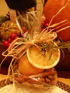 Thanksgiving or Christmas Potpourri - oranges - cinnamon sticks - whole cloves - whole allspice - orange peel pieces - cellophane bags - fresh rosemary - raffia bow Homemade Potpourri, Simmering Potpourri, Potpourri Recipes, Homemade Gifts, Christmas Scents, Christmas Colors, Christmas Holidays, Christmas Crafts, Christmas Oranges