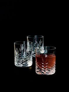 Disse små smukke glas fra Crispy serien er perfekte til serveringen eller som små shots til maden eller festen. De kan fx bruges til salt/peber, tandstiks eller dyppelse på bordet, til en Bailey eller snaps til middagen, eller til weekendens stærke shots. Glassene rummer 4 cl og er fremstillet af Blyfrit krystalglas. De har en ekstrem god holdbarhed og de tåler maskinopvask på glasprogram. De er designet til at blive brugt, og har derfor også 2 års garanti for glaspest.