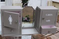 """Nell&Co - Armoire de toilette début XXème patinée Charleston Grey et rose dragée, motif """"Girls Only"""""""