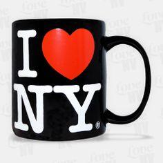 Zeigen Sie Ihre Liebe zu New York mit jedem Schluck aus dieser schwarzen Keramiktasse. Beidseitig mit dem typischen I LOVE NY Logo versehen, fasst diese Tasse 300ml von Ihrem heißgeliebten Kaffee oder Tee. Eine einzigartige Ergänzung Ihrer Kaffeetassenkollektion. Selbstverständlich handelt es sich um eine original lizensierte Tasse aus New York. #kaffeetasse #coffee #mug #kaffee #iloveny #newyorkcity #newyork #nyc #ny