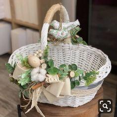 На данном изображении может находиться: 1 человек Easter Table Decorations, Basket Decoration, Basket Flower Arrangements, Wedding Gift Baskets, Easter Wallpaper, Wicker Picnic Basket, Shabby, Flower Girl Basket, Easter Party