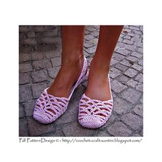 Crochet SlingBack Slipper Pattern. One-piece, toe-up crochet slippers with simple, but conspicuous open-work lace pattern.  Full stitch-diagram in instruction. Step-by-step Photo-Tutorial for the entire project.