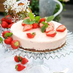 Jordgubbscheesecake på kladdkaksbotten My Recipes, Vegan Recipes, Dessert Recipes, Valentines Food, Some Recipe, Pavlova, Smoothie Bowl, Chocolate Desserts, Cheesecake