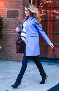Blake Lively, enceinte, sort de son hôtel à New York, le 4 décembre 2014.