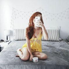 O que é o que é um pontinho amarelo na @nossa.casinha? HAHA 💛 Esse pijaminha é a coisa mais gostosa de vestir da vida! Obrigada @lovilingerie 😍 Não tiro mais! HAHA