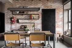 Este apartamento é um projeto da HAO Design Studio, feito exclusivamente para um casal e seus três gatos. A decoração segue a linha moderno-industrial, com