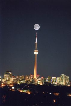 We ate dinner in the CN Tower at the revolving restaurant. Not a hue fan of Toronto in general.Full moon over CN Tower, Toronto, Canada Beautiful Moon, Beautiful World, Beautiful Places, Beautiful Pictures, Torre Cn, Places Around The World, The Places Youll Go, Places To Go, Around The Worlds