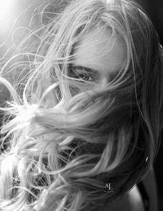 Hair Blowing in Wind - Hair Photography, Creative Photography, Portrait Photography, Black And White Portraits, Black And White Photography, Foto Website, Dark Tumblr, Wind Blown Hair, Hair In The Wind