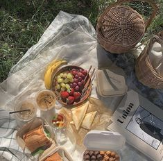 Find images and videos about food, aesthetic and yummy on We Heart It - the app to get lost in what you love. Cute Food, Good Food, Yummy Food, Comida Picnic, Picnic Date, Summer Picnic, Beach Picnic, Think Food, Aesthetic Food