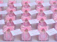 Caixinha de acrílico decorada com laço em voal na cor desejada.    Tamanho:  Comprimento - 04cm  Largura - 04cm  Altura - 04cm    Opções de Recheio: (Confetes de chocolate, Amêndoas brancas ou Gotas de chocolate ao leite).    Acompanha pingente em níquel (verifique opções disponíveis) e mini cart... Sweet Box, Wedding Candy, Pink Aesthetic, Party Time, Baby Shower Gifts, Decoration, Favors, Projects To Try, Girly