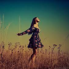 Muito além de pedras e de pó é feito um deserto.   E só quem conhece este lugar sabe o que estou falando. O deserto é uma escola.   Ninguém passa porque cola   Os seus testes são difíceis demais    Não existe uma fórmula.   Cada um tem que viver sua própria experiência. Pra escrever a sua história    Mas se Deus está conosco o deserto vale ouro. O amargo vira doce na boca dos sonhadores,  E depois que tudo passa entre as perdas e os ganhos    Fica a marca da vitória sobre os mais que…