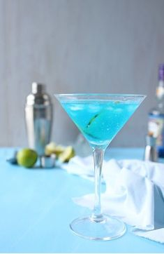Mocktails: 6 alcohol-free recipes to refresh yourself - Trend Birthday Cocktail Recipes 2019 Party Cups, Party Drinks, Classic Cosmo Recipe, Healthy Eating Tips, Clean Eating Snacks, Cocktail Recipes, Cocktails, Blue Drinks, Banana Milkshake