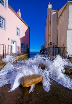 High tide rushing up through The Gyles at Pittenweem - jamie glenday Beautiful World, Beautiful Places, Scottish Gifts, Pink Houses, Old London, Scotland Travel, British Isles, Places To See, United Kingdom