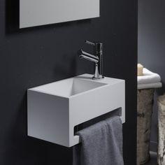 Bien pratique avec son porte serviette sur le devant, vous allez craquer pour ce lave mains en solidsurface de haute qualité.