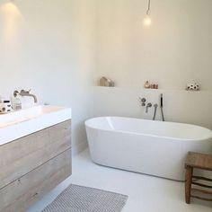 How gorgeous is this bathroom! The beautiful home of @studio.ww  . #bathroomdecor #bathroominspo #nordichome #nordicinspiration