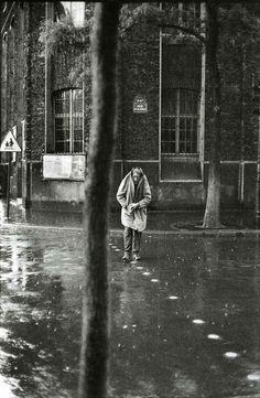 Henri Cartier-Bresson - Líneas de lluvia en medio de la calle    (via http://vagabundotrabajador.tumblr.com/)