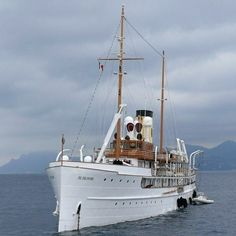classic yacht - the Delphine Big Yachts, Super Yachts, Luxury Yachts, Yacht Design, Classic Yachts, Cabin Cruiser, Old Boats, Classic Motors, Yacht Boat