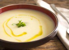 Vichyssoise    2 xícaras (chá) de caldo de legumes    300g de alho poró em fatias finas     1 colher (sopa) de azeite de oliva extra virgem     300g de batatas, cortadas em cubos    ½ xícara (chá) de creme de leite fresco     Sal e pimenta a gosto