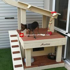 Dave Alvey has built this dog house with a gazebo on the roof (ideal for small dogs). To build it has used various materials, including pallets, pieces of Pallet Furniture Tutorial, Pallet Dog House, Pallet Projects Signs, Diy Dog Kennel, Bedroom Crafts, Diy Porch, Easy, Art Furniture, Diy Stuffed Animals