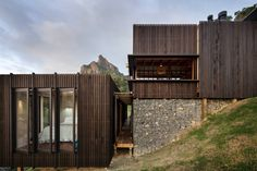Castle Rock House by Herbst Architects. like how the floating cladding extends beyond the roof line.
