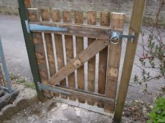 Garden gate, made from a Pallet wood. This loks like the real McCoy, wake some paint on this little beauty & you couldn't tell it from a purchased one. Really good ;)