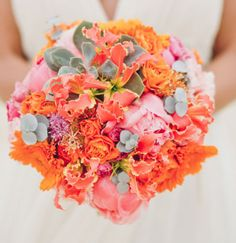 Hoa cưới cầm tay màu cam kết từ hoa mẫu đơn và đồng tiền