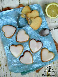 Cuoricini glassati al limone, invitanti e gustosi, perfetti per l'ora del tè. Una ricetta semplice per fare in casa dei biscottini dal sapore delicato e molto carini sia da servire che da regalare alle vostre amiche.