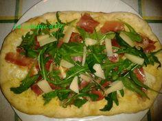 Pizza blanche au jambon cru et roquette au four à bois