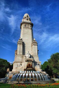 Parte posterior del monumento a Miguel de Cervantes, Madrid.