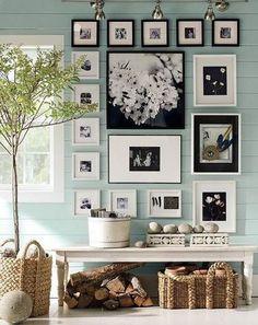 シャビーな印象の壁に、 モノトーンの写真を飾って。  黒が目立つものと、 白が目立つものの並べ方が秀逸。  是非とも真似したいセンスの良さ!