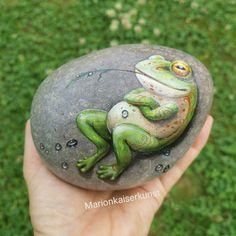 Stone Art Painting, Pebble Painting, Pebble Art, Rock Painting Ideas Easy, Rock Painting Designs, Frog Rock, Pet Rocks, Hand Painted Rocks, Rock Crafts