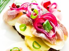 marinoitu punasipuli Vegetable Decoration, Fruit Salad, Tapas, Good Food, Eggs, Fish, Meat, Baking, Vegetables
