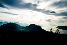 Janne Tjärnström e Johan Jonsson percorrem a montanha em Tarloysa em direção ao fiorde Romsdal, numa noite sensacional no mês de setembro. Esta trilha é um dos destaques na região de Romsdal!