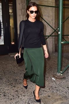 Celebrity Street Style Picture Description Victoria Beckham struts in a hunter green skirt and Moda Victoria Beckham, Victoria Beckham Outfits, Victoria Beckham Style, Victoria Beckham Fashion, Victoria Style, Victoria Fashion, Cool Street Fashion, Work Fashion, Star Fashion