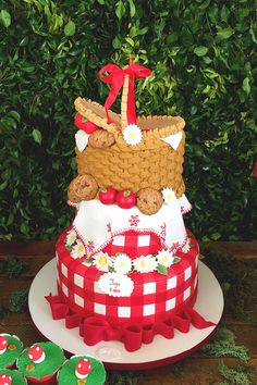 Festinha com tema pic nic para comemorar os oito anos da Juju - Constance Zahn | Babies & Kids Baby Boy 1st Birthday Party, Picnic Birthday, Summer Birthday, Bolo Picnic, Picnic Cake, Picnic Themed Parties, Picnic Baby Showers, Red Riding Hood Party, Strawberry Shortcake Birthday