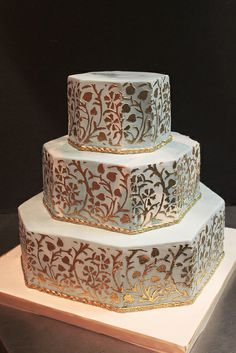 This cake is amazing with it's shimmering gold stencil pattern. Never seen our pattern so beautifully rendered! Gold Print on Blue Marble Metallic Cake, Metallic Wedding Cakes, Pretty Wedding Cakes, Country Wedding Cakes, Luxury Wedding Cake, Gold Cake, Cupcakes, Cupcake Cakes, Classic Cake