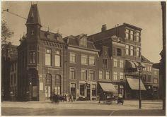 Gierstraat, hoek Verwulft. Behalve drogisterij A.J. van der Pigge zijn alle panden in 1930 gesloopt ten behoeve van de bouw van het pand van warenhuis V&D. Foto 1920 Fotograaf: Berend Zweers