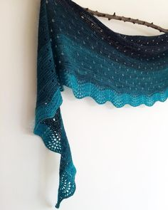 """""""Mi piace"""": 162, commenti: 10 - Geraldine  (@geraknits) su Instagram: """"Pauline's Colour Play Shawl is live on Ravelry now!  Thank you Lisa @malihadesigns for another…"""""""