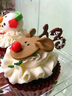 Christmas Cupcakes - just a photo but good ideas Xmas Food, Christmas Sweets, Christmas Cooking, Noel Christmas, Christmas Goodies, Holiday Cupcakes, Holiday Treats, Mini Cakes, Cupcake Cakes