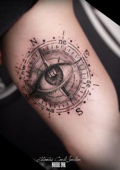 ein großes schwarzes auge und ein großes schwarzes kompass idee für einen tollen schwarzen tattoo compass auf einer hand
